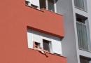 NEVJEROVATAN PRIZOR IZ HRVATSKE: Susjedi zaprepašteno gledali šta radi ova žena na prozoru, MORALI SU JE SLIKATI (FOTO)